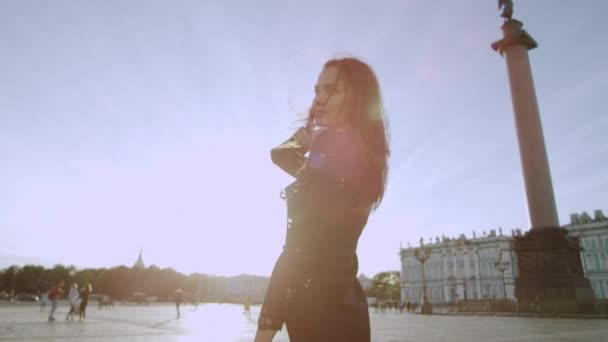 Elegantní žena pózuje na památky Petrohradu