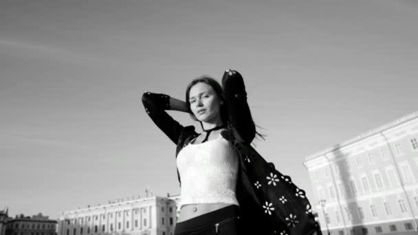 Černá a bílá video z modelu ve stylové oblečení