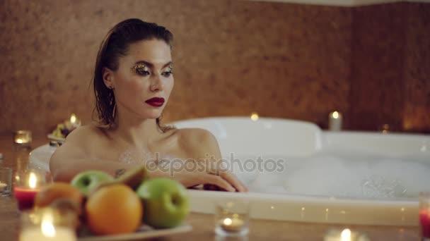 Detailní záběr portrét krásné ženy s světlé kosmetika relaxační pěny