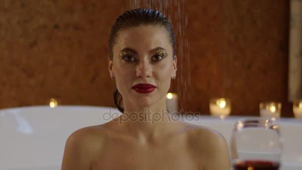 pohled na nahou krásnou mladou ženu s světlé kosmetika tekoucí vody na plochu