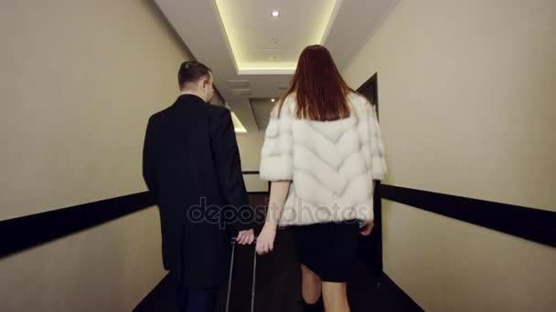 pár v pokoji v hotelu s kabelka