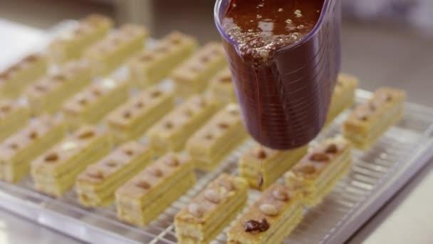 Proces zahrnující buchty s čokoládovou polevou