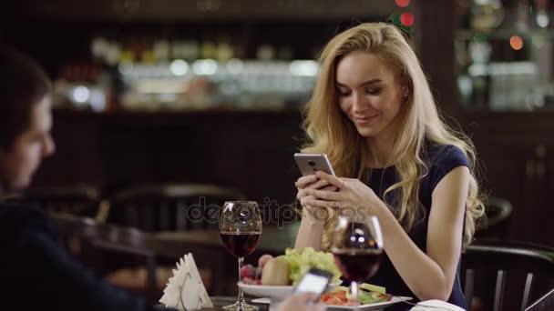 kafé dating videor Vad är en lämplig ålder för att börja dejta