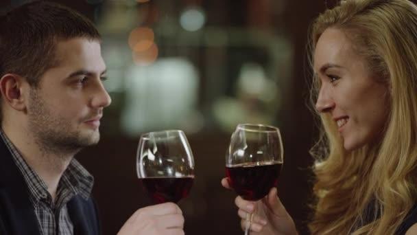 Zblízka pár romantické s červeným vínem