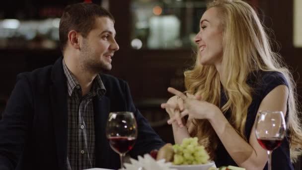 mladý pár mluvit na romantické rande v restauraci