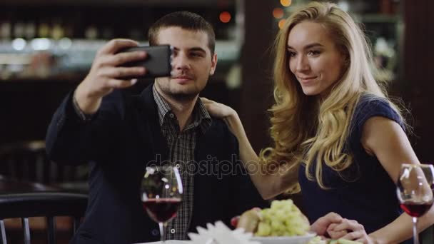 mladý pár romantických pořizování selfie v restauraci
