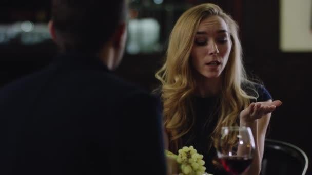 blonďáku, dohadovat se s partnerem v restauraci