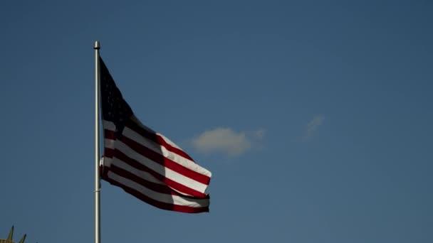 Americká vlajka krásné modré oblohy