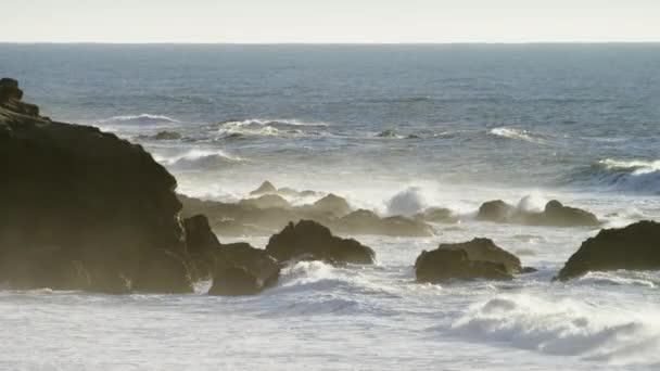 Vlny oceánu havárie do pláže a skalnaté útesy