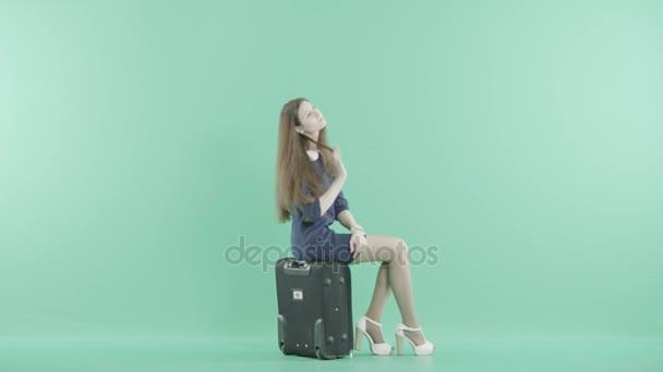 dívka je sedět na zavazadla a čeká
