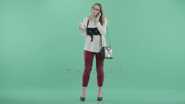podnikatelka v rozhovorech brýle na telefon v ruce držel hrnek