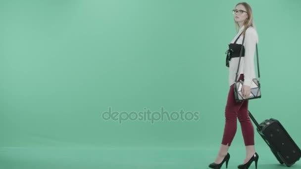 elegantní žena v brýlích chůzi chobotem