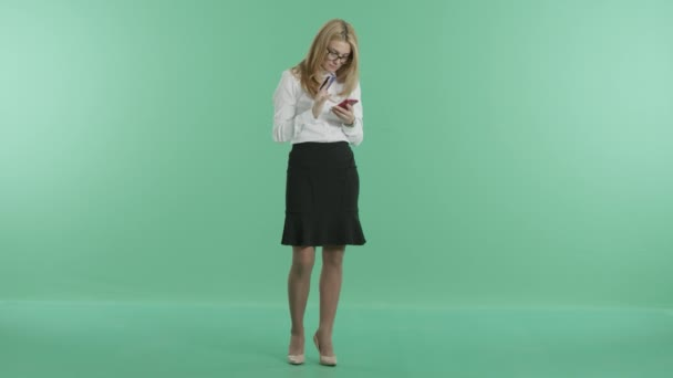 eine junge Frau steht eine Karte und ein Telefon in den Händen halten