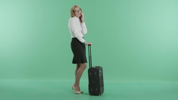 eine nette Frau telefoniert mit Gepäck