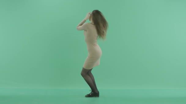 atraktivní žena tance