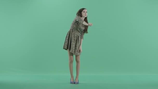 ein Mädchen steht vor der Projektion