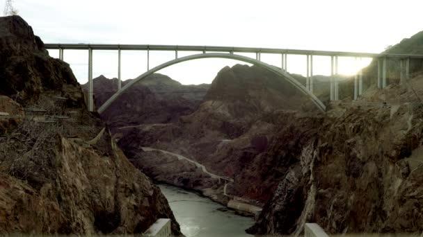 Aufnahme einer Brücke im schwarzen Canyon in der Nähe des Staudamms