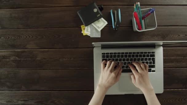 Pohled shora na ruce continiously pracují na přenosném počítači