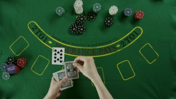Pohled shora zastřelen. Dealer pečlivě rozdá karty a pak vezme do svých rukou