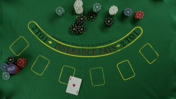 Draufsicht auf eine unvorsichtige Spieler die Karten wegwerfen