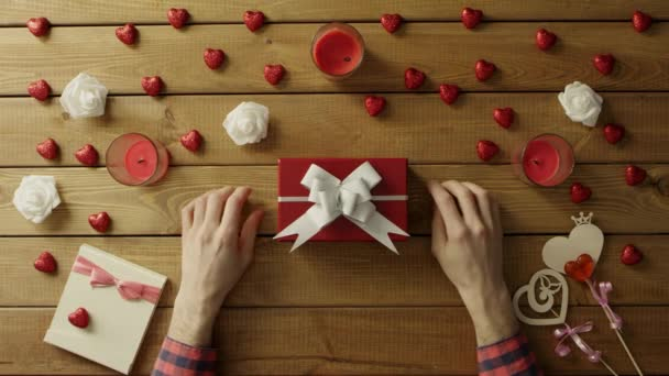 Člověk klade valentine na krabičce pro své milované jeden, pohled shora