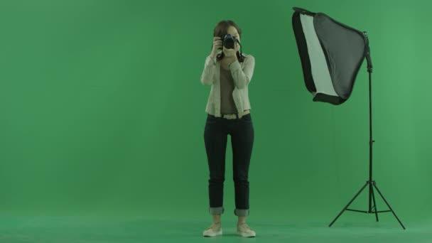 Mladá žena fotky diváka nabírá fabion