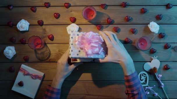 Šťastný člověk dostane měkký bunny jako valentine den přítomen, horní pohled