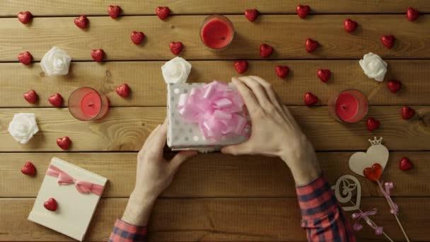 Mladý muž získá měkký bunny jako valentine den přítomen, horní pohled