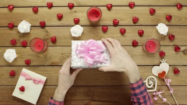Muž dostane neposeda číselník hračka jako valentine den přítomen, horní pohled