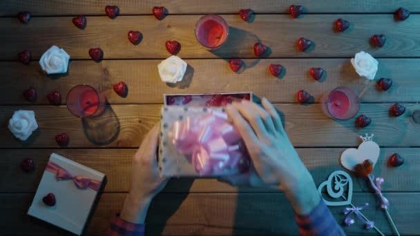 Dospělý člověk dostane neposeda číselník hračka jako valentine den přítomen, horní pohled