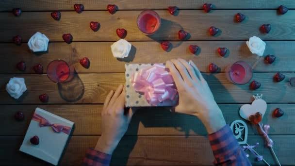 Člověk získá kreditní kartu jako dárek od milované jeden, pohled shora