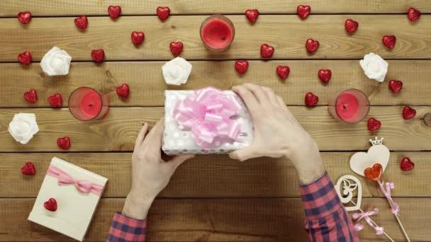 Člověk dostane ručního papíru Valentýnské srdce jako valentine den přítomen, horní pohled