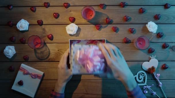 Dospělý člověk dostane ručního papíru Valentýnské srdce jako valentine den přítomen, horní pohled