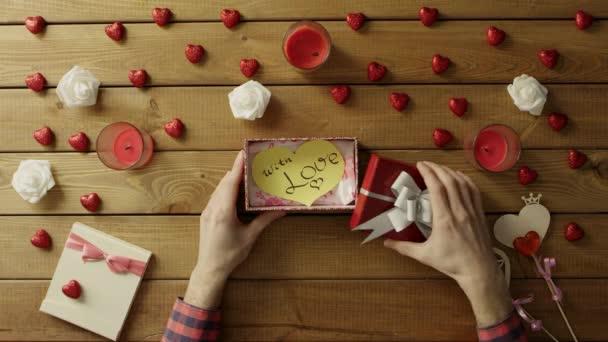 Mladý muž získá ručně vyrobené valentine jako valentine den přítomen, horní pohled