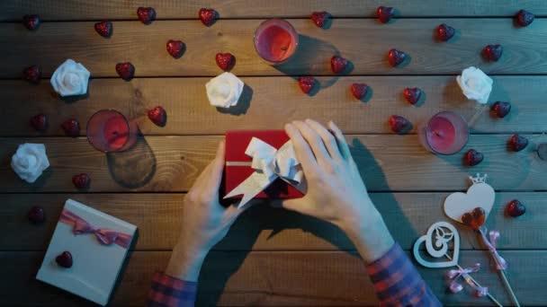 Rozhněvaný muž Získá prázdné krabičce jako valentine den dárek, pohled shora