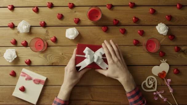 Chudý člověk Získá prázdné krabičce jako valentine den dárek, pohled shora
