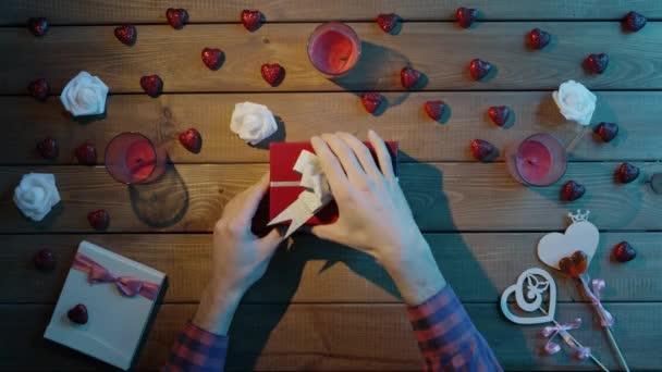 Dospělý člověk dostane kreditní kartu jako Valentýn přítomen v dárkovém balení, pohled shora