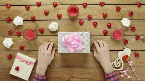 Člověk klade valentine na krabičce, pohled shora