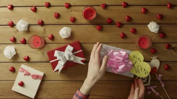 Radostný člověk snaží pochopit, co se nachází uvnitř jeho dárky a třese jim, horní pohled