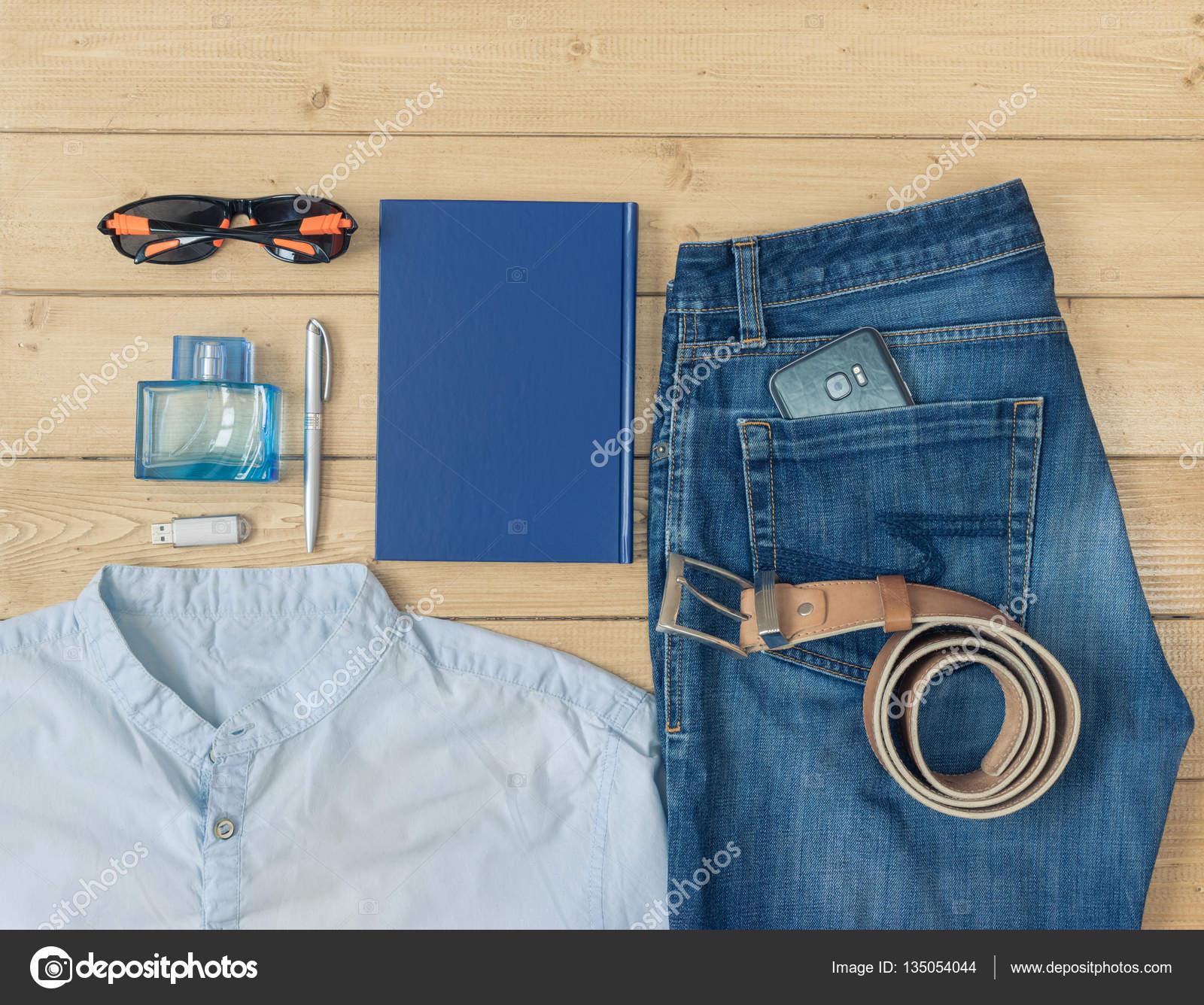 0afdd0333477 Ανδρικά ρούχα και αξεσουάρ με το ξύλινο πάτωμα — Φωτογραφία Αρχείου ...
