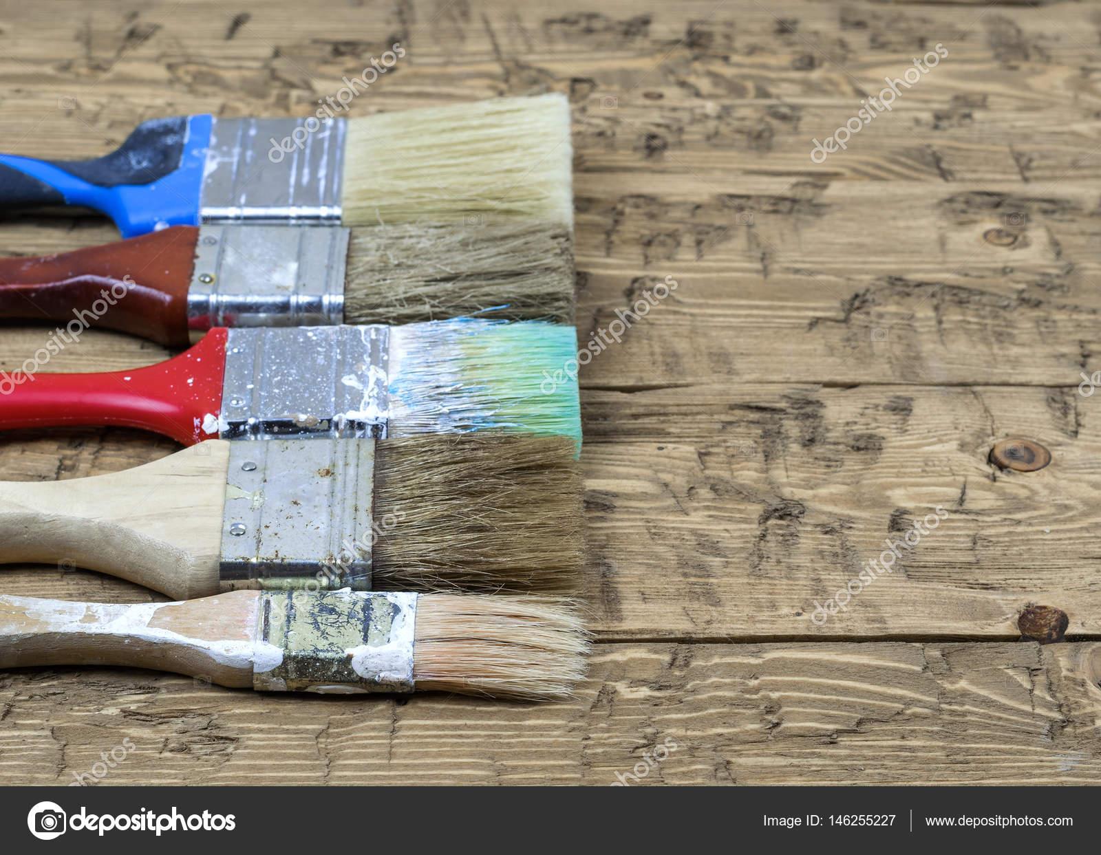 Vijf veelkleurige borstels op een rustieke houten tafel u2014 stockfoto
