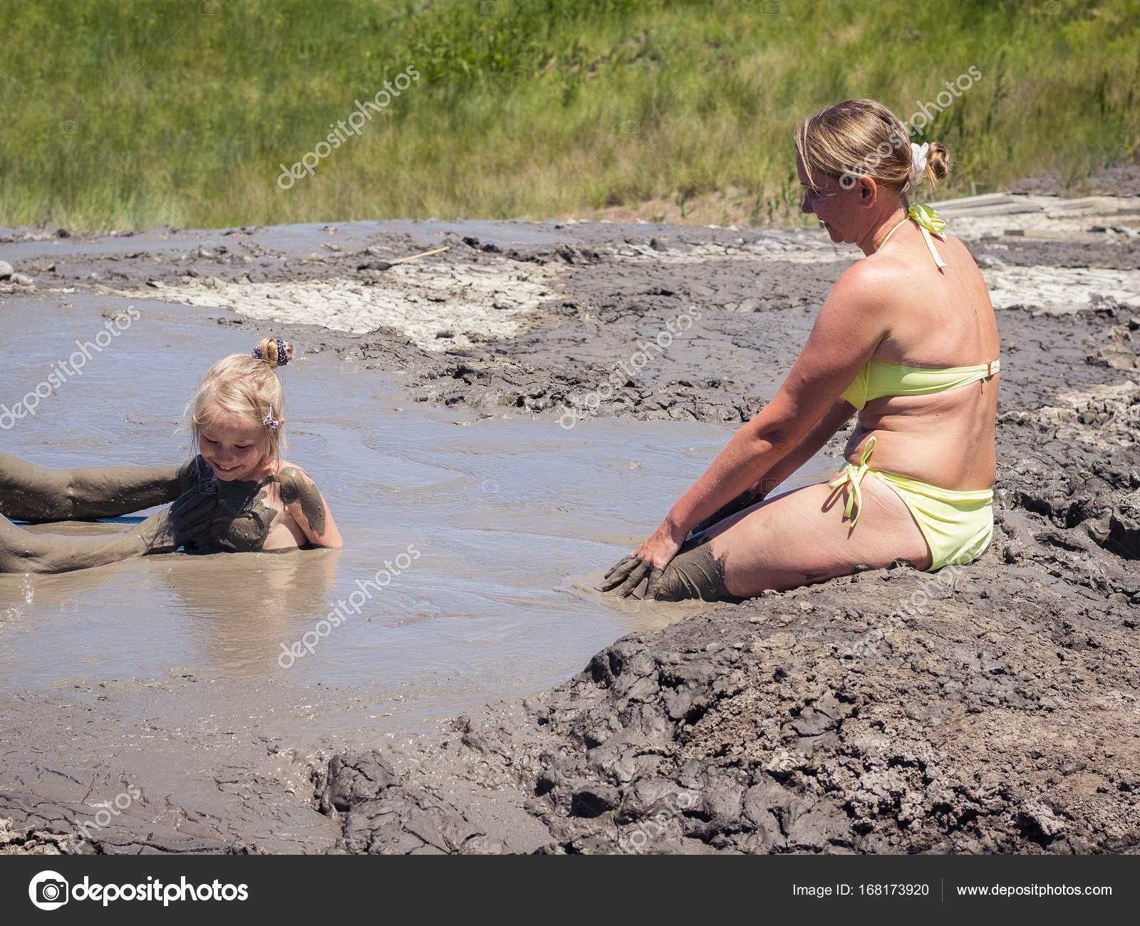 Le donne aiutano una bambina a prendere bagni di fango — Foto Stock ...