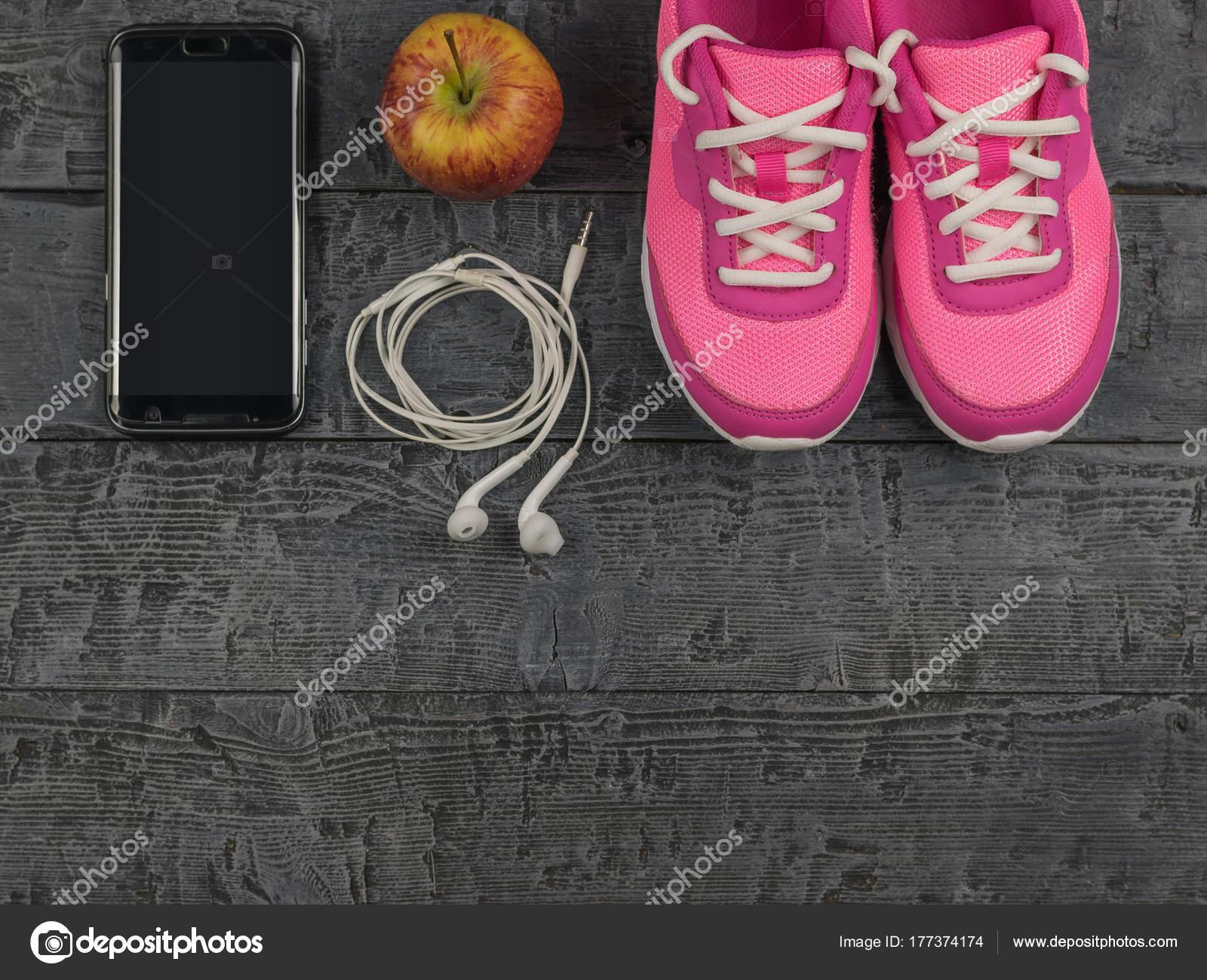 Sport Konzept. Fitness Geräte. Turnschuhe, Wasser, Apfel