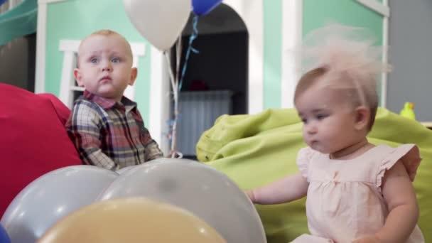 Dvě děti, chlapec a dívka hraje s hračkami na hřišti