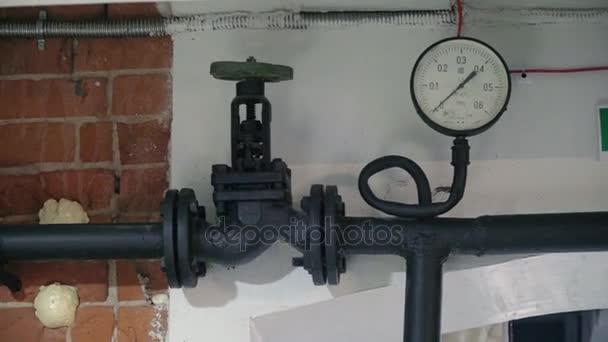 Staré potrubí s ventilem a tlakoměrem