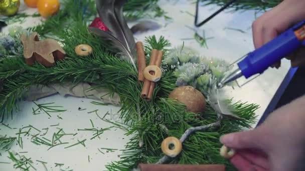 Vytvoření vánoční věnec s dekoracemi. Detail