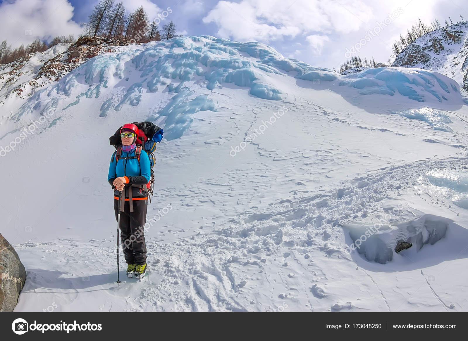 Klettergurt Skitour : Weibliche bergsteiger mit rucksack helm und klettergurt