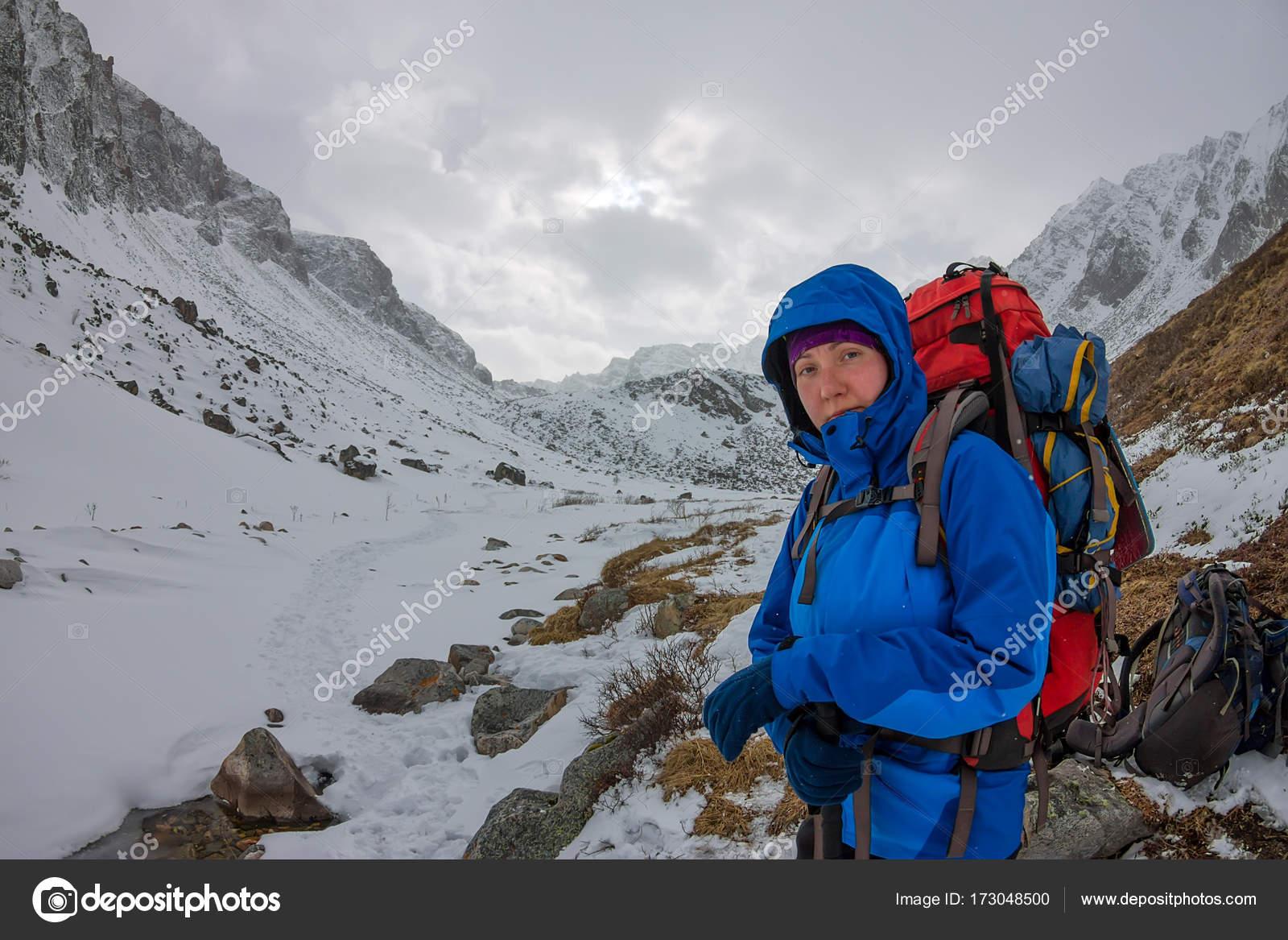 Klettergurt Für Gletscher : Weibliche bergsteiger mit rucksack helm und klettergurt