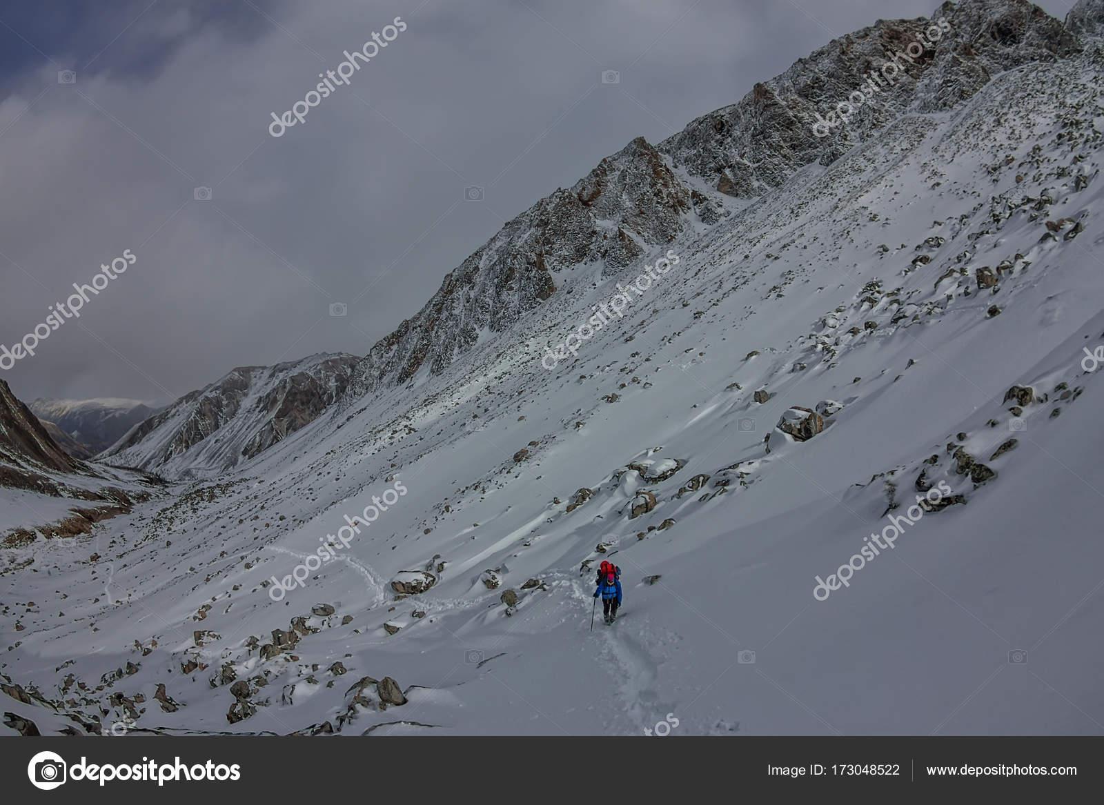 Klettergurt Mit Rucksack : Weibliche bergsteiger mit rucksack helm und klettergurt