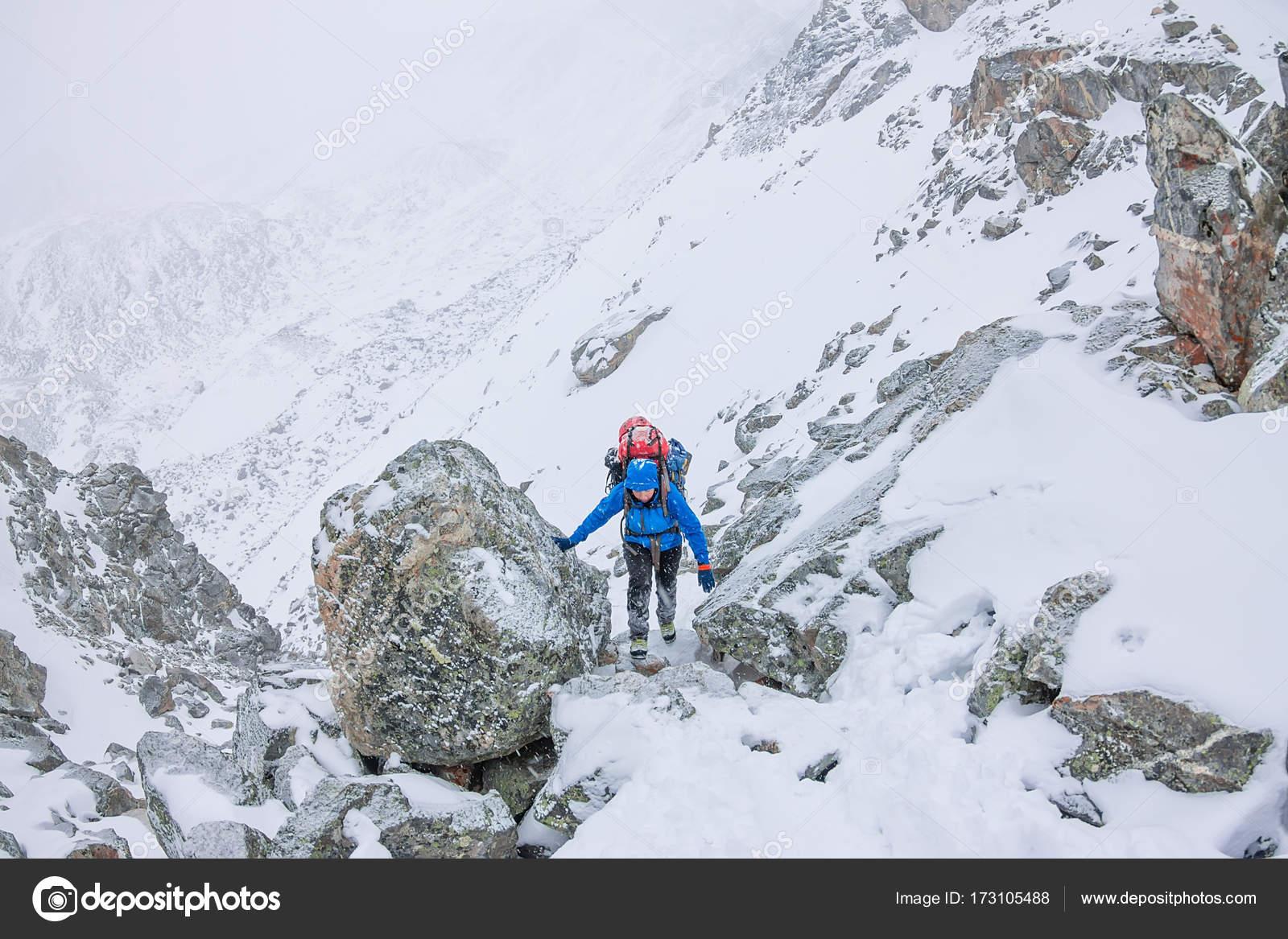 Klettergurt Mit Helm : Weibliche bergsteiger mit rucksack helm und klettergurt